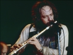 Jethro%20Tull%201977%20California%20with%20Flute.jpg